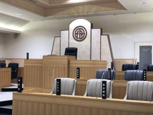 宮古島ICT交流センターの内部。議会場がそのままコワーキングスペースになっている