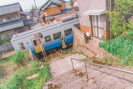 アニメ ワンシーン 日常 田舎 電車 空 景色 色合い 写真 Akine Coco