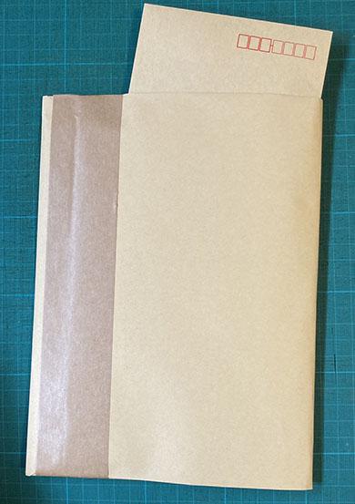 大きな封筒を半分で梱包