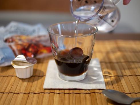 紅茶ポーションに水を加える