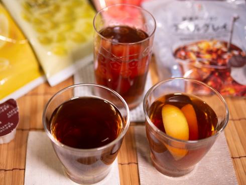 紅茶に冷凍フルーツを入れたドリンク上から
