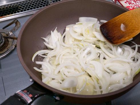 玉ねぎを炒め始めたところ