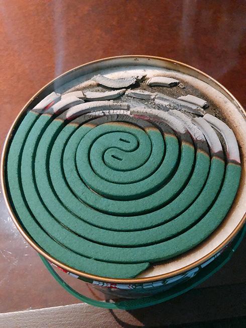 「蚊取り線香おねがい」→室内が煙りまみれに ダイナミックすぎる焚き方で蚊が寄りつかなくなりそう