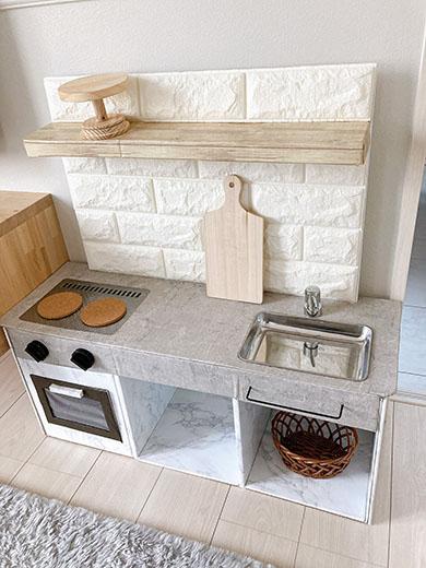 ほぼ100均でできたおままごとキッチン・斜め上からの写真