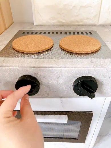 ほぼ100均でできたおままごとキッチン・コンロのつまみを回すところ