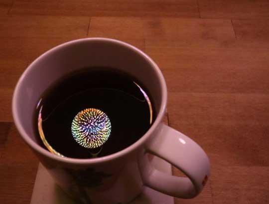 お茶 マグカップに映る光 花火電球 綺麗