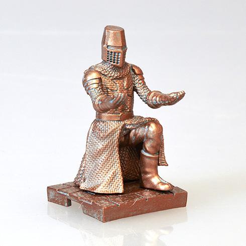 専属の甲冑騎士に荷物をまかせた気分を味わえそう 両手で小物を支えてくれる「持て!持て!騎士」カプセルトイ