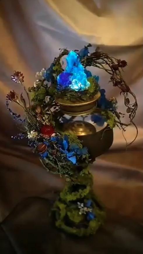 ふわふわしながら多様な青色に石が輝く 「浮遊鉱石のランタン」がゲームの世界そのもの