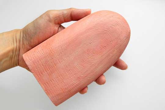 でっかい指 ミニチュア風の写真 木製 作品 指紋 逆転の発想