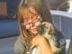 車のドアを開けると、中にはかわいい子犬がいて…… 女の子とパグの初対面を収めた動画に心が温かくなる