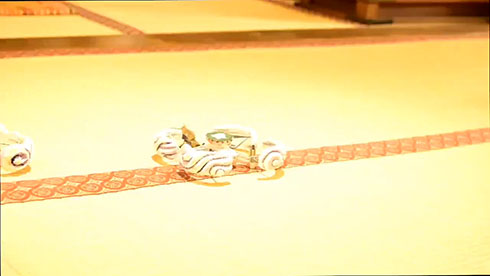 畳の上のドローン仏