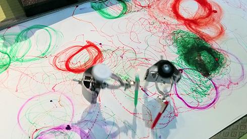 寝ている間に抽象画を描いてくれるメカ かたかた震える「シンドウさん」がかわいい