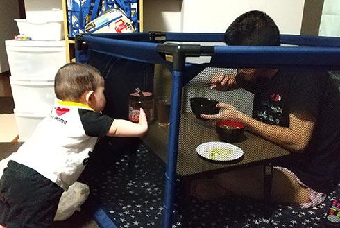 ベビーサークルの中で食事する旦那をガン見する赤ちゃん