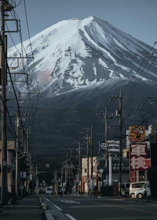街中から見た 富士山 存在感 写真 山梨