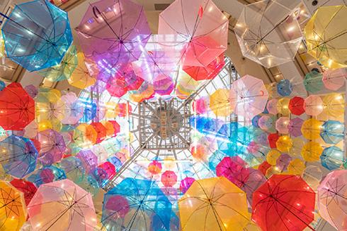 天に昇るようなカラフルな傘 展示「アンブレラスカイ」が綺麗すぎる