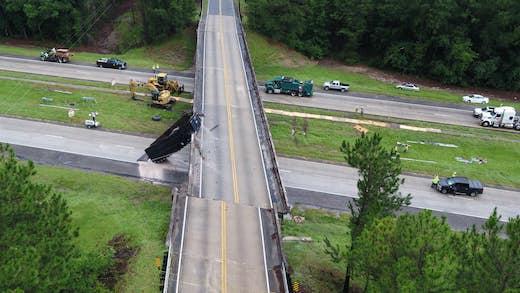 交通事故 大型トラック 高架橋 橋面 1.8メートル ズレ ジョージア州