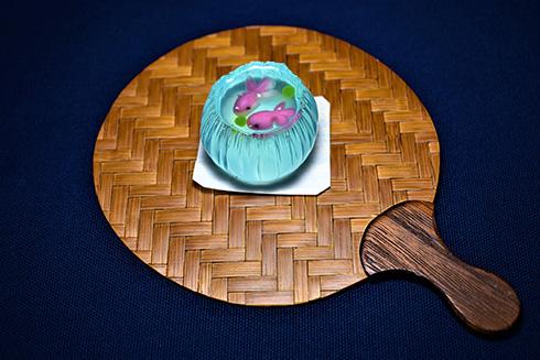 眺めているだけで涼しい気持ちに 金魚鉢を表現した和菓子がすてき