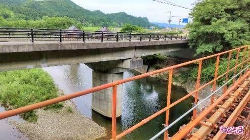 隣は県道の橋