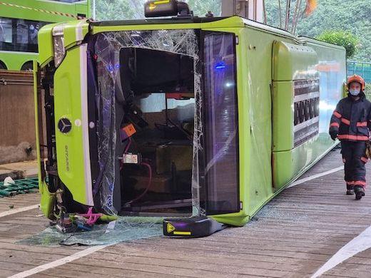 バス 転落 事故 シンガポール