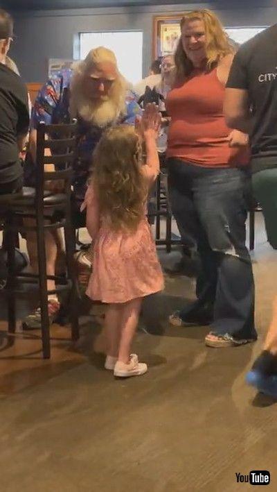 「Little Girl Meets Santa on Vacation || ViralHog」