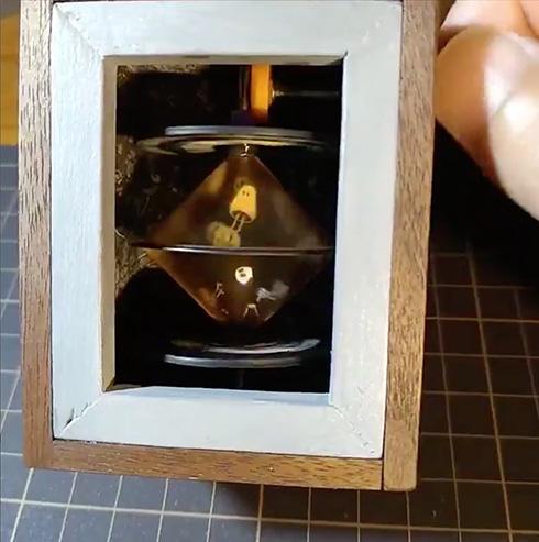 おばけが箱の中で飛び跳ねる 手回し式で楽しめるアニメーション玩具がステキ