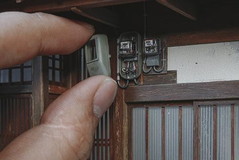 「めちゃくちゃデカい指かと思った」 精巧すぎる電気メーターのミニチュアがすごい