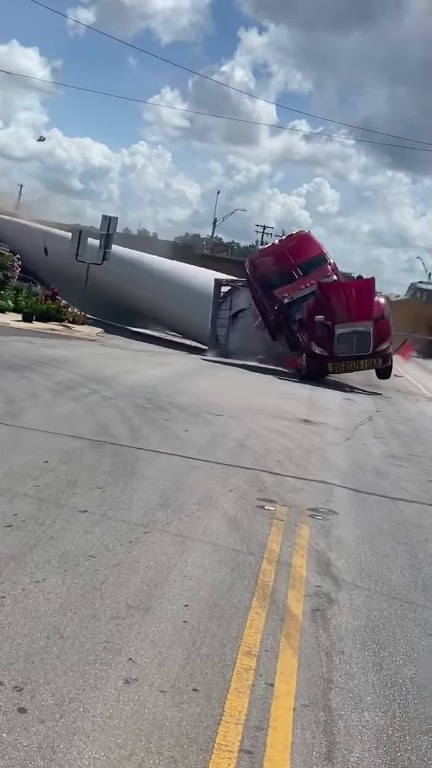 アメリカ テキサス トラック 列車 事故 風力発電 タービンブレード