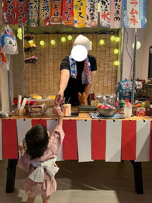旦那が企画してくれたお祭りでお菓子を受け取る娘さん