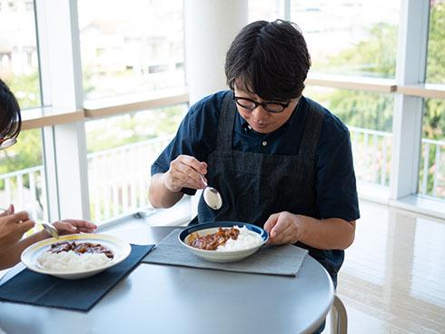 完熟トマトのハヤシライスソースを食べる三ツ谷さん