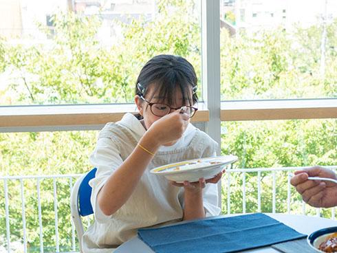 完熟トマトのハヤシライスソースを食べるスズちゃん