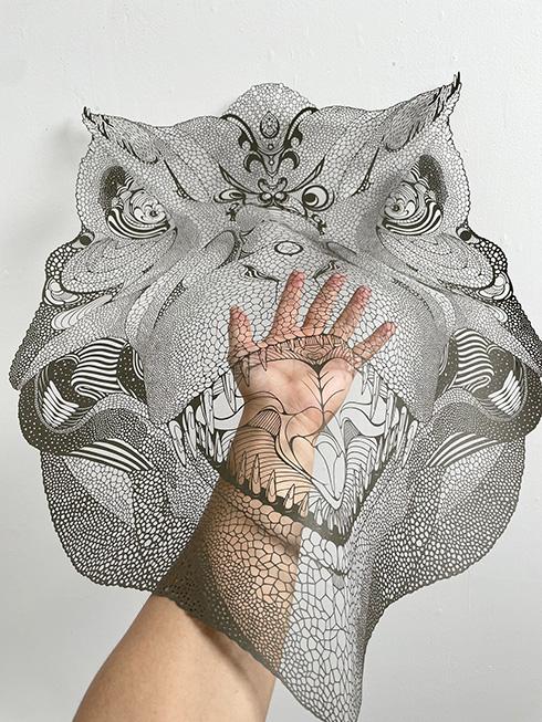 手作業を極めた細密な仕上がり 恐竜や動物をかたどった切り絵作品の迫力がすごい