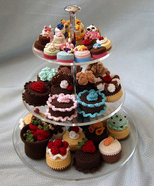 かぎ針で編んだケーキやパスタ