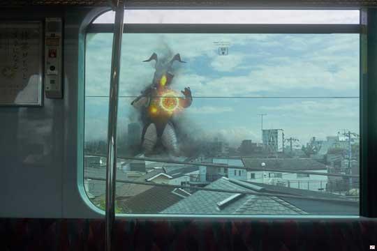 電車 車窓 ゼットン 写真 合成 オモ写
