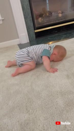 眠いけどハイハイはしたい赤ちゃん