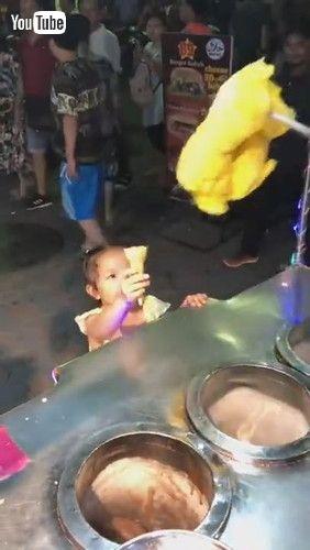 「Ice Cream Vendor Sells Smiles || ViralHog」
