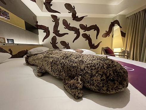 「想像以上にオオサンショウウオの圧やばい」 京都にあるホテルのオオサンショウウオルームがすごい