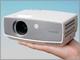 東芝、565グラムの超小型・軽量LEDデータプロジェクタを発表