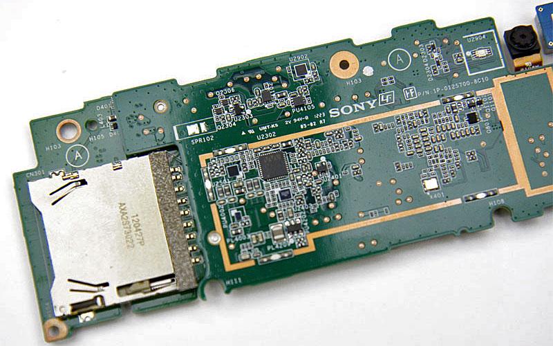 Androidシステムの外で信号処理を行うDSP(基板中央の黒いチップ)は、わずか2×2.5ミリのチップだ(写真=左)。DSPは200MIPSの処理性能があり、消費電力も非常に低く、効率的に効果的な音響効果を生み出せるという。設定画面からClear Audio+にチェックを入れるだけで、音楽再生におすすめの設定を適用してくれる(画面=右)