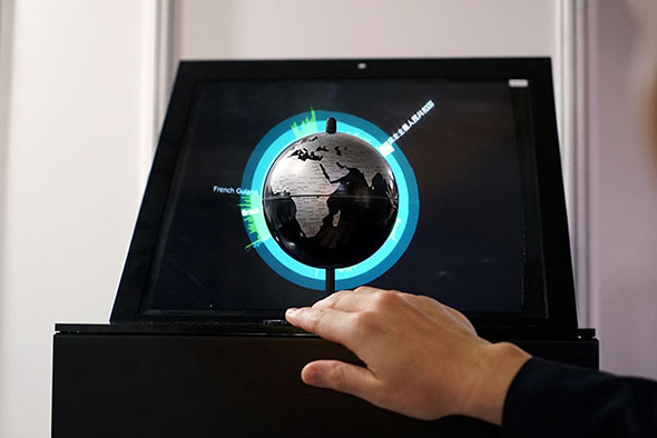 地球儀に合わせて投影される立体映像