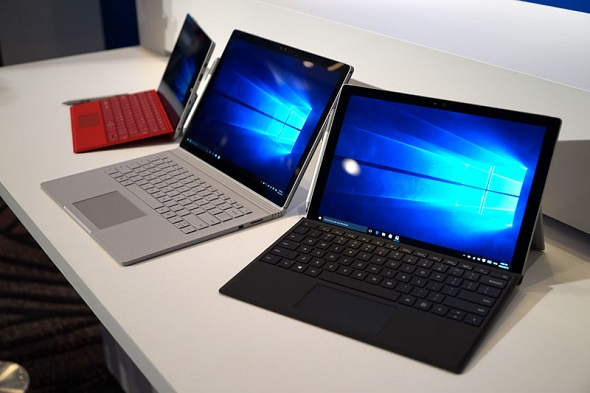 中央のSurface BookとSurface Pro 4