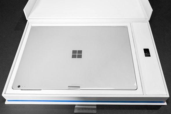 Surface Bookのパッケージを開けた様子