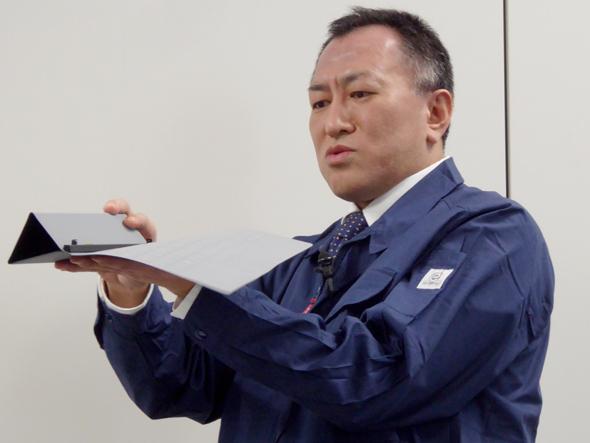 試作第1号を実際に手にして説明する杉本氏