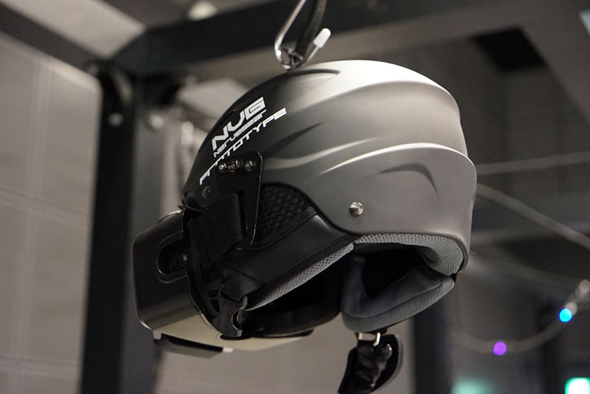 ヘルメット前方にOculus RiftとLeap Motionなどを取り付けている