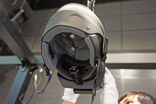 ナーヴギアプロトタイプの内側。頭のサイズに合わせて調節できる