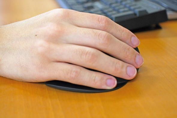 握るとこんな感じ。手の付け根は接地するが小指は接地しない