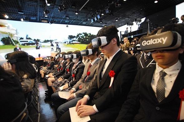 Gear VRで、沖縄の本校でリアルタイムに行われている入学式の様子を体感する新入生ら