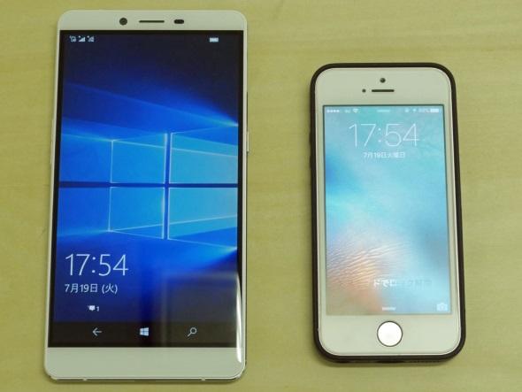 iPhone SE(純正ケース付き)と並べる