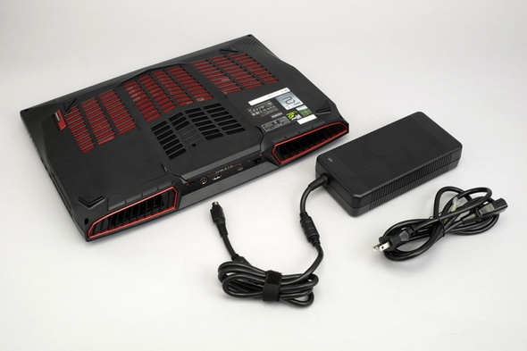 GTX 1080を動作させるため、ACアダプターも必然と大きくなる