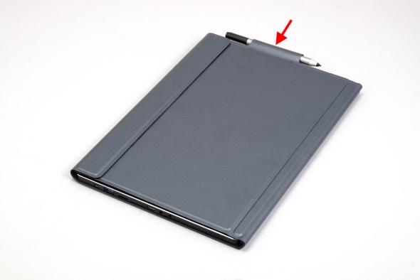 カバーキーボードにデジタイザーペンをしまう図
