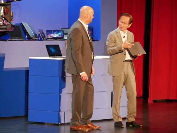 Intelのグレゴリー・ブライアント副社長とジョニー・シー会長